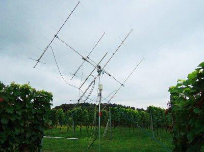 Die Antennenanlage ist aufgebaut. Relais+Vorverstärkerbox, Sendekabel Ecoflex 15+, Empfangskabel Ecoflex 10+, Cat7-Kabel für Relais und Vorverstärker-Versorgung. Das Koaxrelais schaltet beim Senden mittels Hilfskontakt den PreAmp von der Versorgung weg.