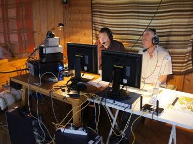 VHF-Contest in SSB/CW: Am OE6V-Mikrofon neu dazugekommen Helmut, OE6IEG (links) mit 2nd-Operator/Zuhörer Franz, OE6WIG. Die gesamte Station gehört Werner, OE6FNG. -- Foto: Patrick, OE6PSE --