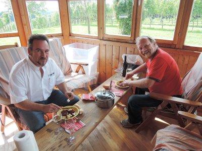 Gerhard, OE6RDD bringt am frühen Nachmittag zur Stärkung ein wirklich wunderbares Gulasch aus der Halbenrainer Gastronomie vorbei - auch dafür ein großes DANKE!